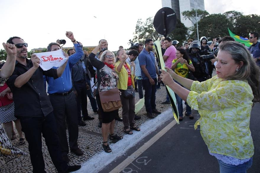 Manifestantes a favor y en contra de Lula da Silva y Dilma Rousseff se vuelven más frecuentes. (Foto Prensa Libre: AP).