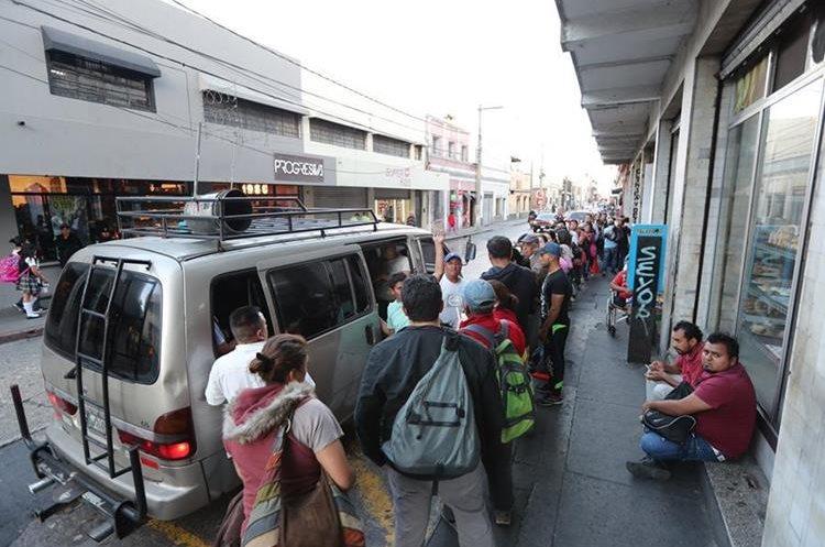 Los microbuses llegan a la 17 calle y Sexta Avenida, zona 1, para que los usuarios aborden las unidades hacia la zona 18. (Foto Prensa Libre: Érick Ávila).