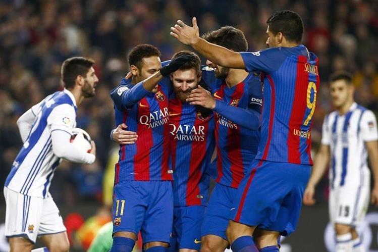 El delantero argentino del FC Barcelona Leo Messi (3i) celebra su gol, segundo del equipo frente a la Real Sociedad. (Foto Prensa Libre: EFE)