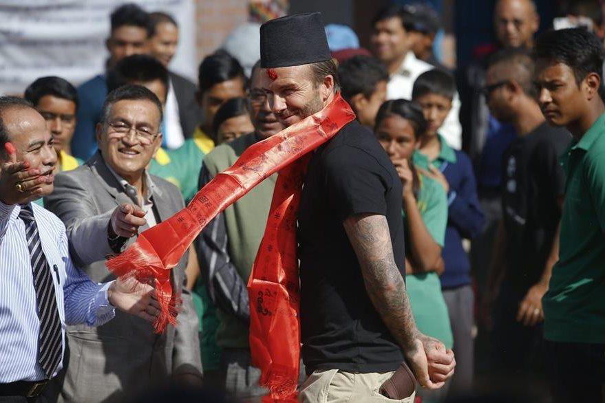 Beckham Juega Al Futbol Con Ni 241 Os En Nepal