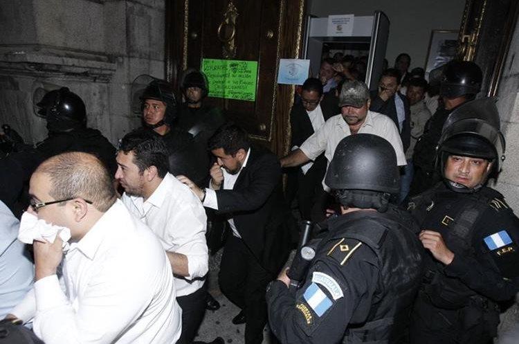 Varios diputados y trabajadores del Congreso aprovecharon el momento para salir.
