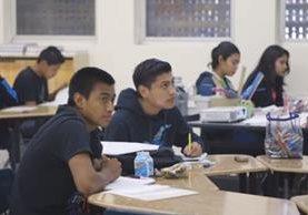 Estudiantes hispanos reciben clases en al Belmont High School de Los Ángeles. (Foto: Los Ángeles Times).