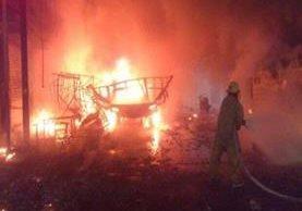 Socorristas combaten incendio en almacén de pirotecnia ubicado en Puebla, México. (Foto Prensa Libre: Twitter)