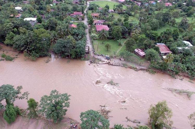 Panorámica del río Champas el cual arrastro el puente y dejo incomunicado el paso para seis comunidades en Champas Corrientes, Puerto Barrios, Izabal. (Foto Prensa Libre: Dony Stewart)