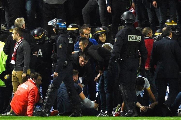Un total de 18 aficionados resultaron heridos en la Ligue 1. (Foto Prensa Libre: AFP)