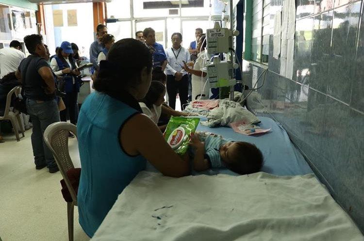 Autoridades inspeccionan el área de Pediatría del Hospital Regional de Escuintla. (Foto Prensa Libre: Enrique Paredes).