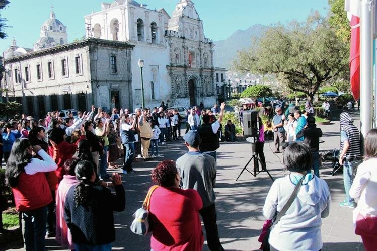 Evangélicos  concentrados en el parque central de Xela claman por más seguridad debido a   la ola delictiva que cobró la vida de tres personas esta semana. (Foto Prensa Libre: Carlos Ventura)