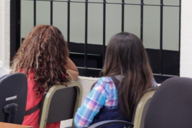 Las dos sentenciadas por extorsión escuchan le decisión del tribunal de Quetzaltenango. (Foto Prensa Libre: María José Longo).