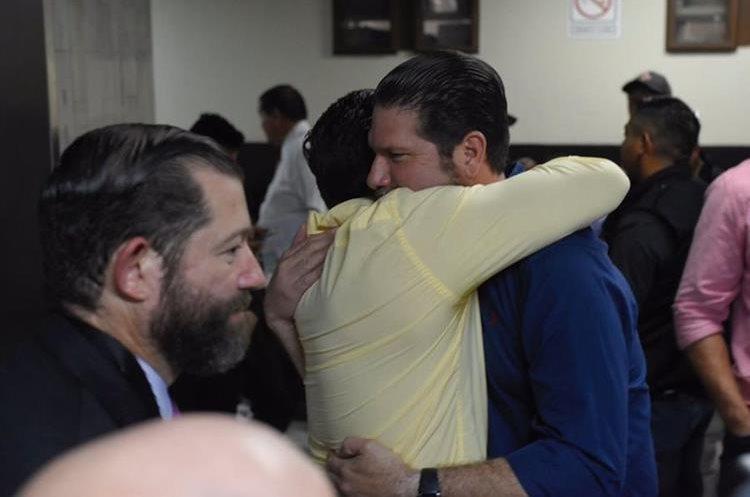Hermanos Valdés Paiz se abrazan al finalizar la audiencia. Foto Prensa Libre: Paulo Raquec.