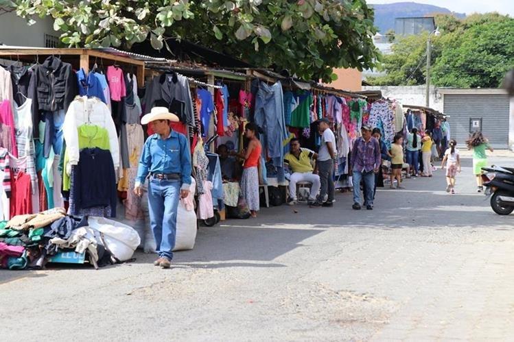 En los últimos días, los comerciantes han recibidos constantes llamadas en las que les exigen Q100 semanales. (Foto Prensa Libre: Mario Morales)