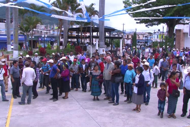 Vecinos manifiestan su inconformidad en el parque de Chicamán. (Foto Prensa Libre: Héctor Cordero).