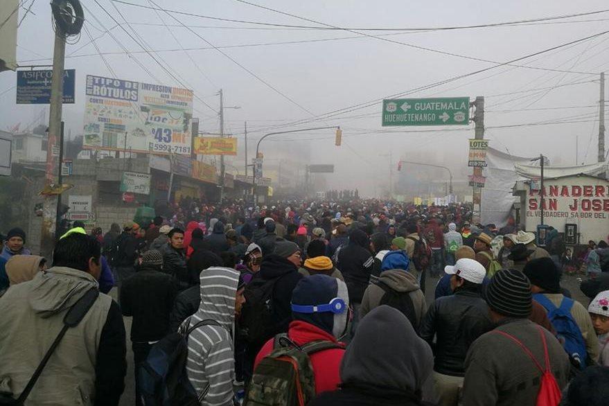 Automovilistas han quedado atrapados por bloqueos en la ruta Interamericana. (Foto Prensa Libre: Édgar Domínguez)