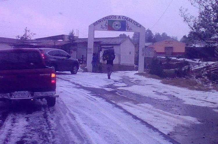 Algunos vehículos han parado mientras se disipa la capa de hielo en la carretera.