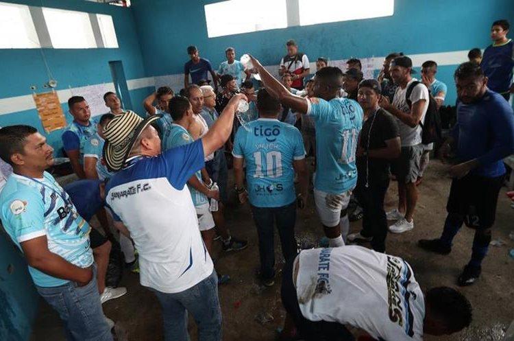 Los jugadores de Sanarate FC celebraron la clasificación directo a semifinales. (Foto Prensa Libre: Jorge Ovalle)