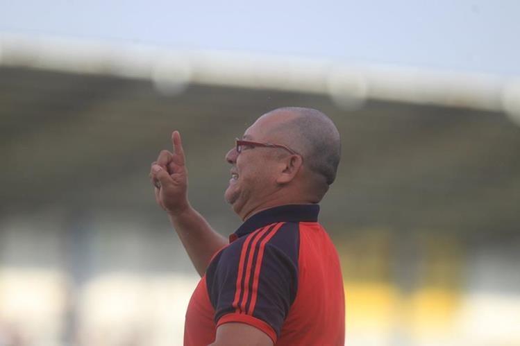 Sergio Najarrro, entrenador de Quiriguá, mostró su malestar por los insultos en su contra por parte del arbitraje en el juego de su club contra Aurora el fin de semana pasado. (Foto Prensa Libre: Carlos Vicente)