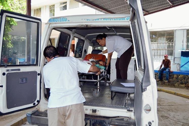 Socorristas trasladan a uno de los menores heridos al Hospital Regional de Zacapa. (Foto Prensa Libre: Víctor Gómez)