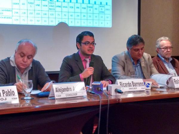 Integrantes de Mirador Electoral presentan sexto infomre sobre el proceso electoral del 6 de septiembre. (Foto Prensa Libre: Manuel Hernández)
