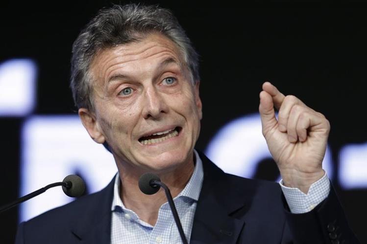 Mauricio Macri viajó en un vuelo comercial porque la flota presidencial está fuera de servicio. (Foto Prensa Libre: AP).