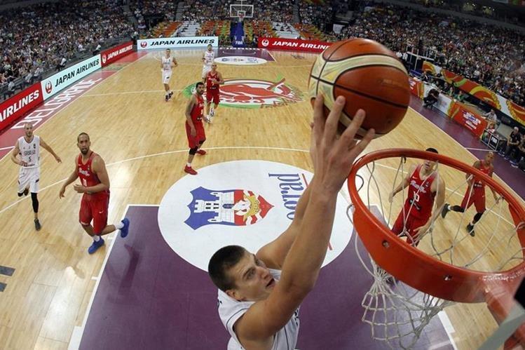 Nikola Jokic, de Serbia, anota durante el partido. (Foto Prensa Libre: AFP)