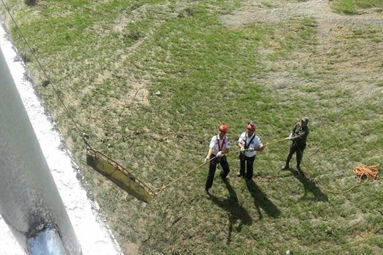 Socorristas rescatan los cadáveres que fueron localizados en las riberas del río Suchiate, en la aduana 2. (Foto Prensa Libre: Whitmer Barrera)