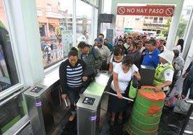 Usuarios de Transmetro usan los nuevos molinetes digitales que se instalaron en estaciones de la zona 1. (Foto Prensa Libre: Esbin García)