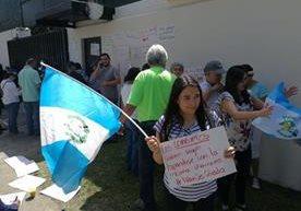 Personas se congregan frente a la Cicig en apoyo al comisionado.