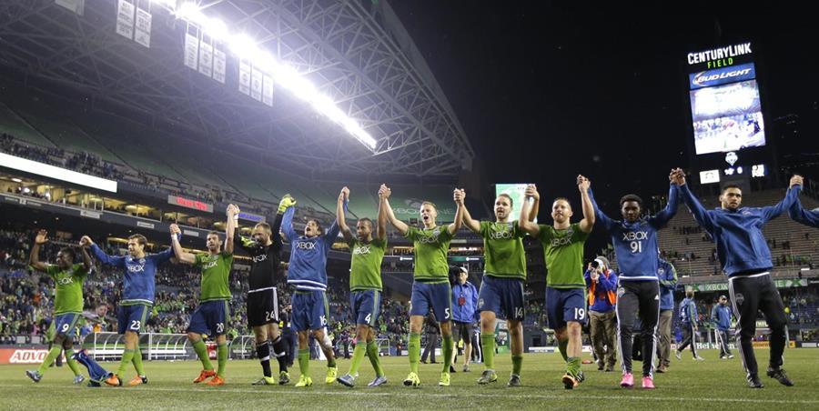 Los jugadores del Seattle festejaron el pase a las semifinales luego de un partido reñido frente al Galaxy. (Foto Prensa Libre: AP)