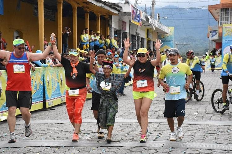 Nicolasa Cuxum llega a la meta junto a un grupo de atletas. (Foto Prensa Libre: Mario Morales).