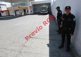 Dos policías  resguardan el lugar     donde un guardia de seguridad de la estación de servicio disparo  al ayudante de un bus.