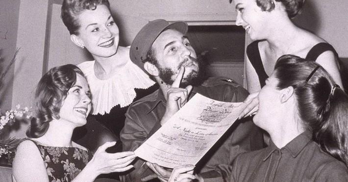 Fidel Castro asediado por las mujeres que querían estar siempre al lado del poder.(Internet).
