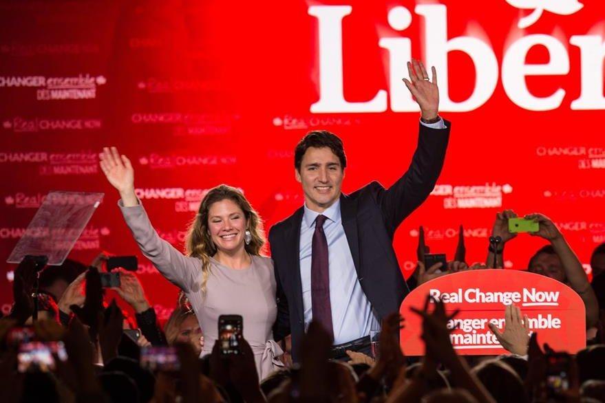 Trudeau y su esposa festejan con simpatizantes en un hotel de Montreal la victoria. (Foto Prensa Libre: AFP).