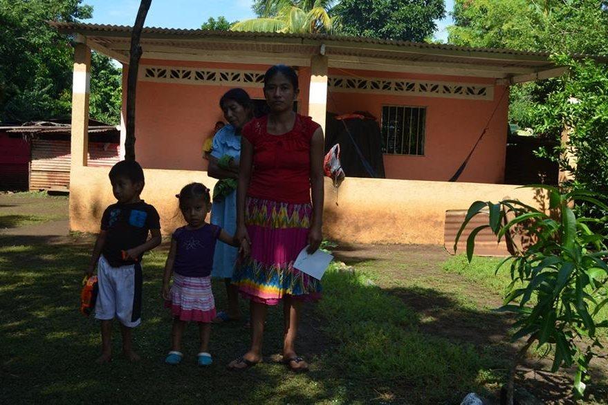 Odilia Castro,  esposa de soldado  fallecido, junto a su madre y sus dos hijos. (Foto Prensa Libre: Jorge Tizol)