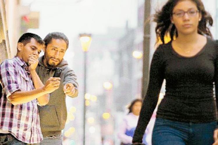 Las mujeres, sin importar la edad, son las más vulnerables a sufrir acoso callejero (Foto Prensa Libre: Hemeroteca PL).
