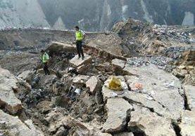 Empleados municipales participan en las tareas de búsqueda de sobrevivientes. (Foto Prensa Libre: Oscar Rivas)