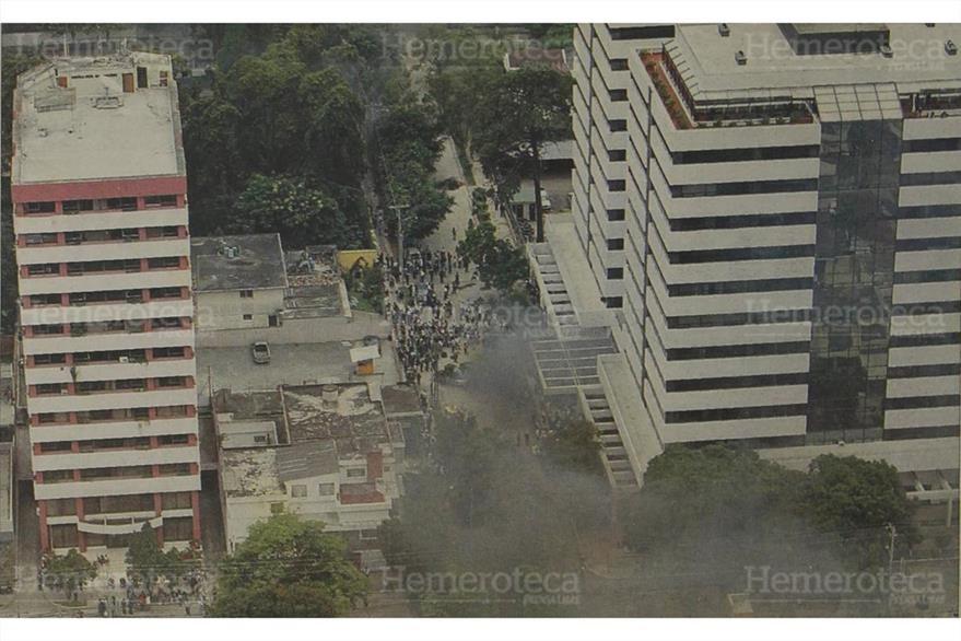 La puerta principal del Centro Empresarial fue bloqueada por cientos de eferregistas. (Foto: Hemeroteca PL)