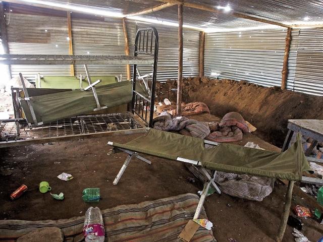 En una de las trincheras  se encontraron una litera, una camilla, varias colchonetas y recipientes de comida. Las láminas presentan orificios de bala.