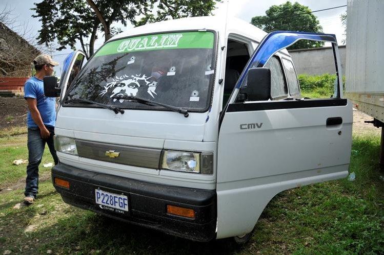 El vehículo en el que se conducía Jorge Armando Ualim Sic presenta varias perforaciones de bala. (Foto Prensa Libre: Rigoberto Escobar)