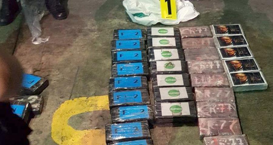 Insignias de una marca de vehículo e imagen de una película, tenían los paquetes localizados en la bodega. (Foto Prensa Libre: Dony Stewart)