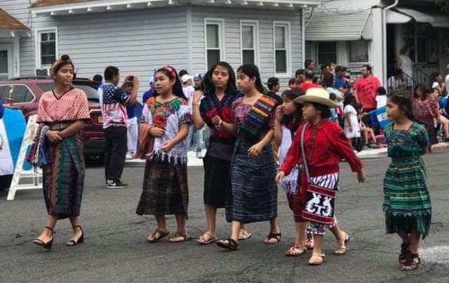 Los connacionales lucieron sus trajes indígenas  durante el desfile. (Foto Prensa Libre: Cortesía Gabriela Colop)