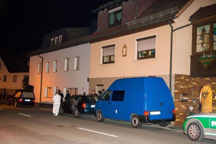 Investigadores permanecen frente a la vivienda donde se encontraron los restos mortales de siete bebés en Alemania. (Foto Prensa Libre: AFP).