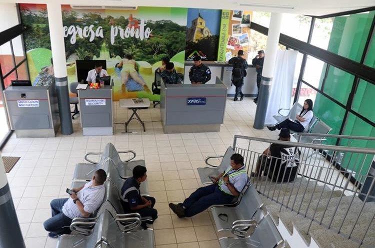 Sala de espera y oficinas de la terminal del aeródromo de Retalhuleu. (Foto Prensa Libre: Rolando Miranda)