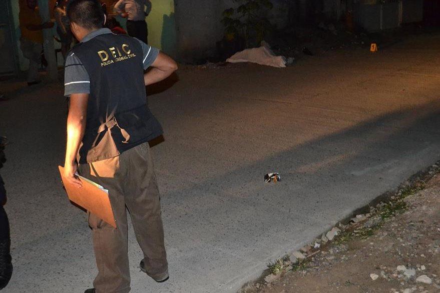 Cadáver de una de las víctimas por violencia en Puerto Barrios, Izabal, es examinado por peritos del Ministerio Público. (Foto Prensa Libre: Dony Stewart)