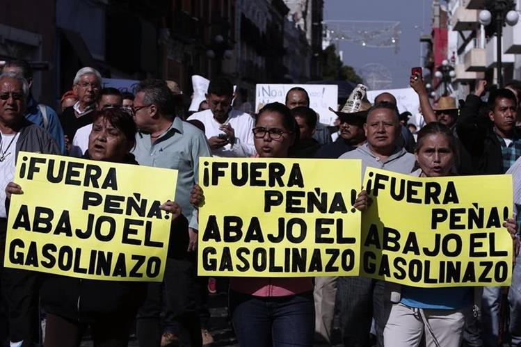 Manifestantes marchan en Reforma hacia el Zócalo