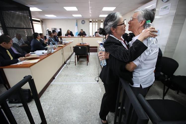Ana Lucrecia Molina Theissen abraza a su mamá Emma de Molina, luego de haber dado su declaración ante el Tribunal de Mayor Riesgo C. (Foto Prensa Libre: Paulo Raquec)