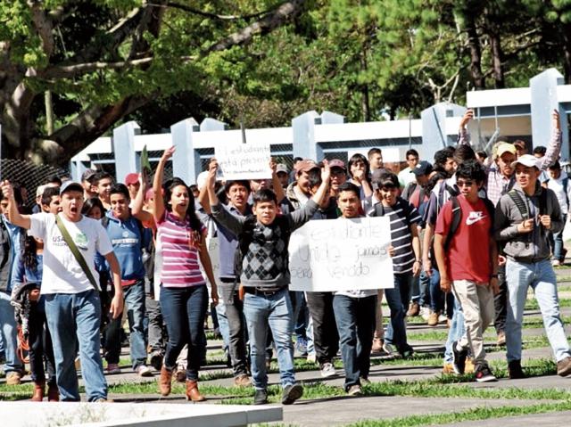 Desde el 2015, grupos estudiantiles han exigido una convocatoria para competir por la dirigencia de la AEU. (Foto Prensa Libre: Hemeroteca PL)