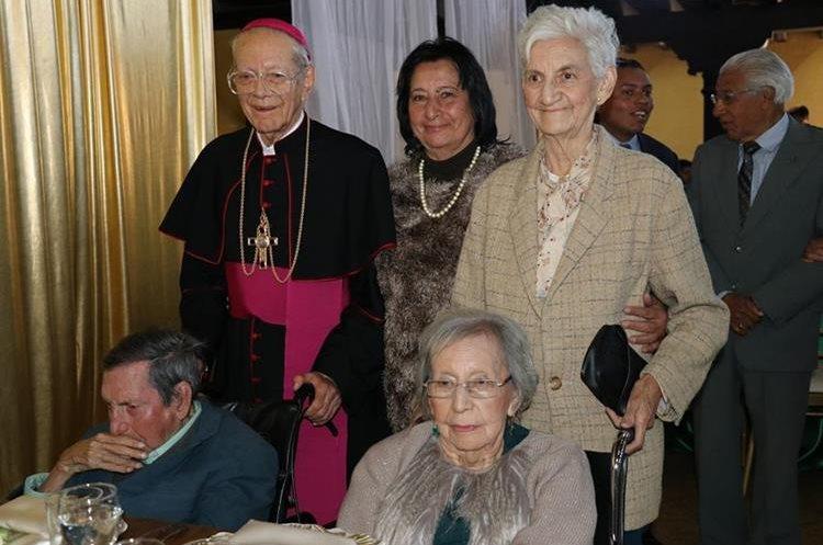 Monseñor festeja junto a sus hermanos y amigos sus 50 aniversario de su ordenación episcopal. (Foto Prensa Libre: Julio Sicán)