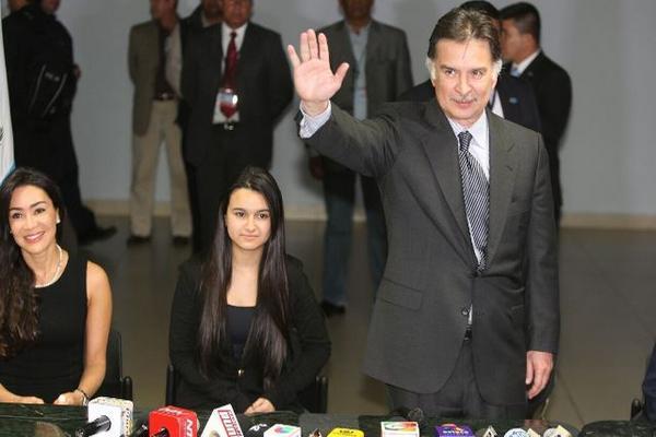 Evelyn Morataya, ex esposa, y Gabriela, su hija, acompañaron a Alfonso Portillo durante la conferencia de prensa. (Foto Prensa Libre: Esbin García)
