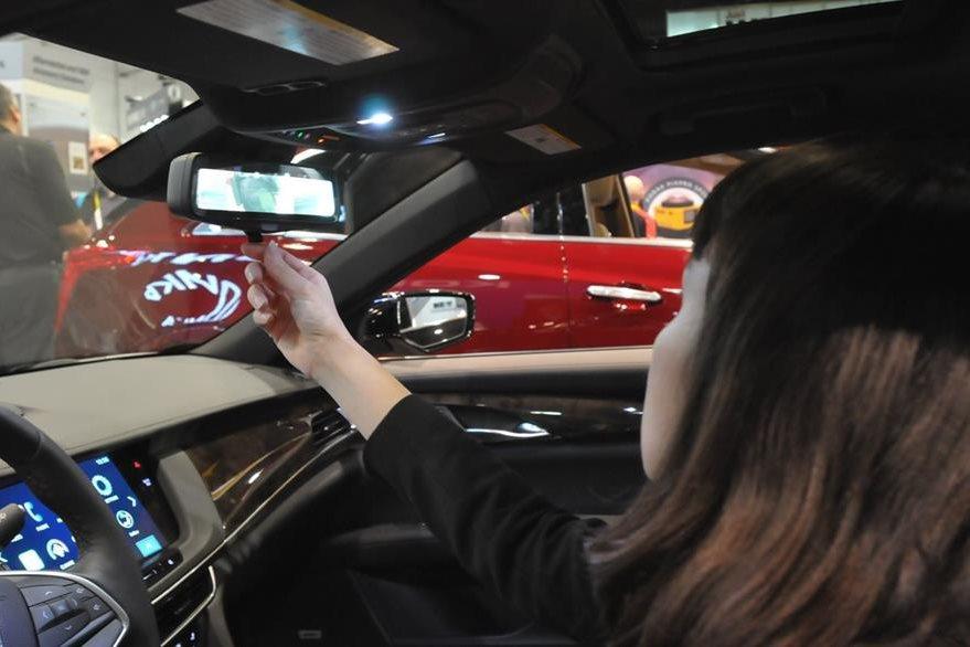 En el CES se mostró el retrovisor colocado en un Cadillac CT6 sedán. (Foto Prensa Libre: Ana Lucía Ola)