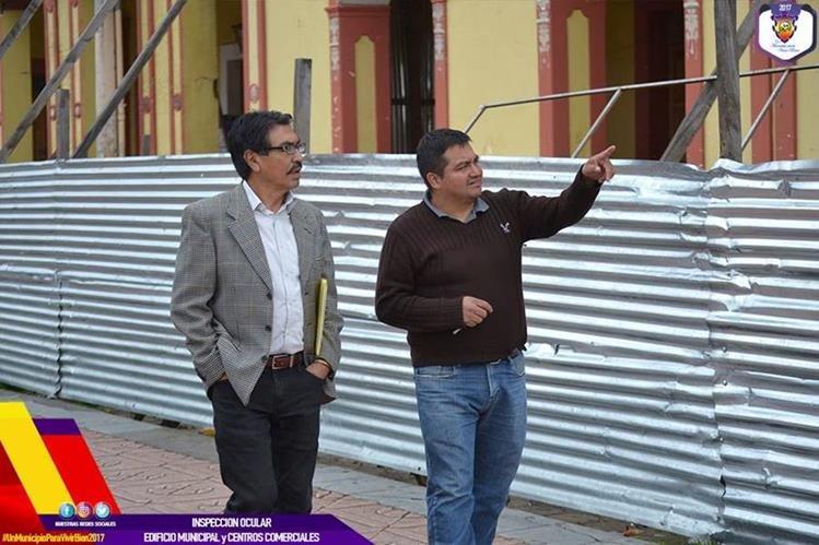 El alcalde Enrique Bautista (izquierda), mientras hacía una inspección de los daños por el sismo. (Foto: Facebook/Municipalidad de San Pedro Sacatepéquez)