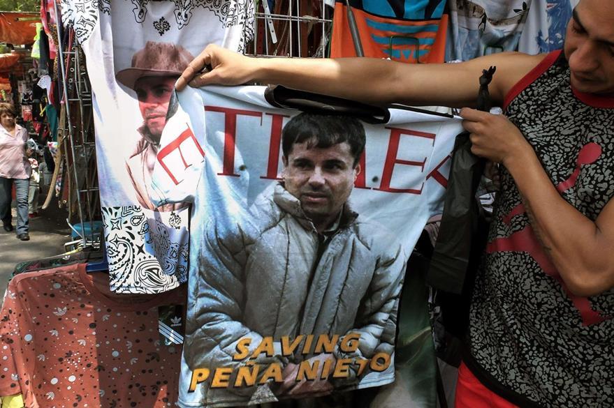 """En mercados de México también es común encontrar la """"playera de el Chapo"""". (Foto Prensa Libre: AFP)."""